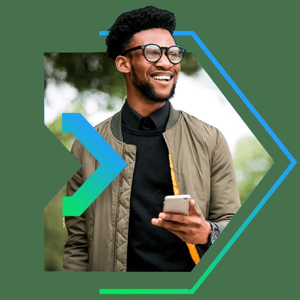 Homem com celular na mão com a logo da Next