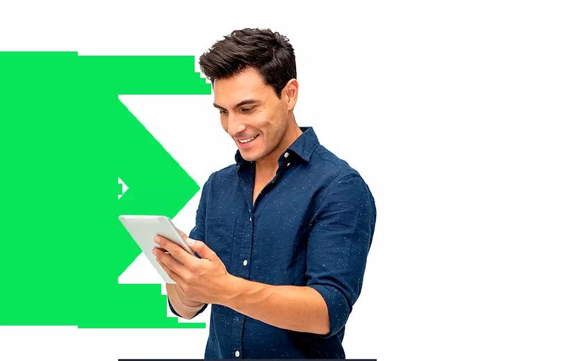 homem feliz olhando o site responsivo da next no smarthphone